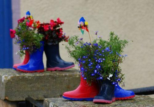 Контейнеры для цветов – вторая жизнь старой обуви